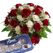Bouquet rose rosse e bianche e baci